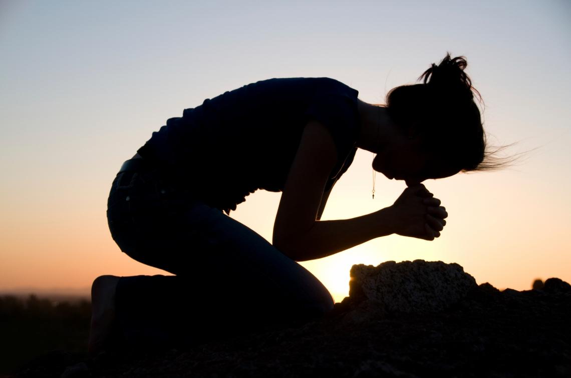 woman-praying-on-knees1